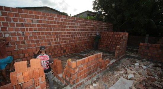 Famílias vítimas de explosão reconstroem casas a partir de doações