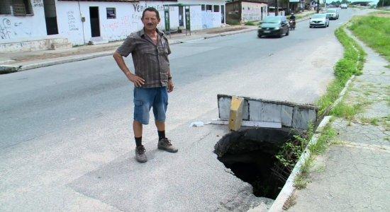 Buraco com dois metros de profundidade na PE-15 revolta moradores