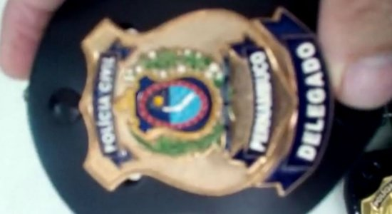 Distintivos e fardas da Polícia Civil vendidos no Centro de Igarassu