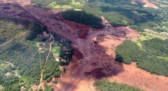 Bombeiros seguem buscas por 35 vítimas após rompimento de barragem