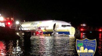 O Boing 737 saiu da pista e caiu no rio Saint Johns