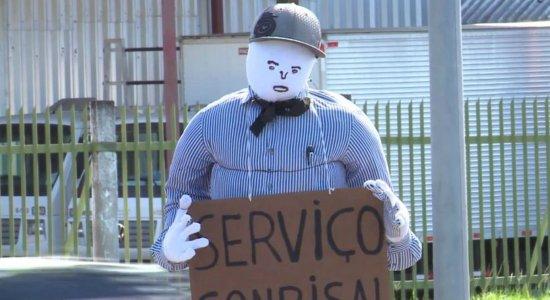 PE-15: bonecos são colocados na via como forma de protesto
