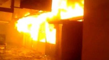 O incêndio destruiu, pelo menos, 10 boxes