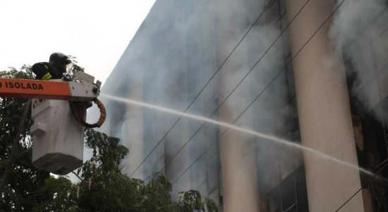 Prédio no Centro do Recife é atingido por incêndio