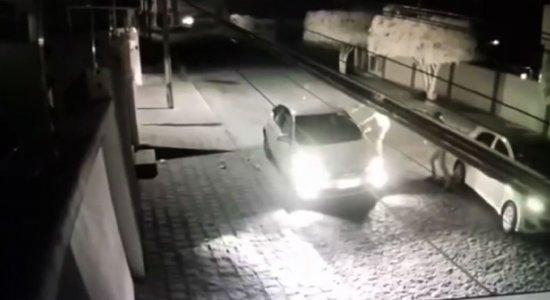 Vídeo: Mulher tem carro roubado por três homens em Garanhuns