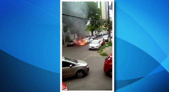 Vídeo: populares flagram carro pegando fogo na Zona Sul do Recife