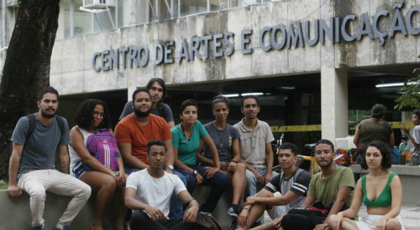 Protesto contra cortes na educação mobiliza estudantes e professores