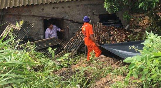 Deslizamento de barreira atinge casas no Ibura