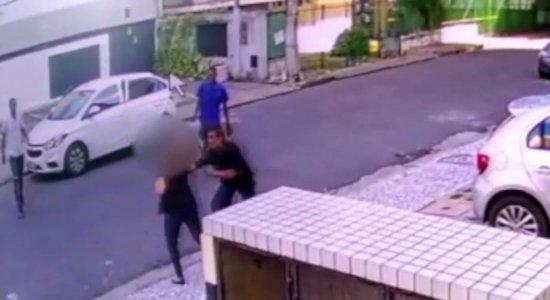 Mulher é assaltada por trio no Espinheiro; veja vídeo