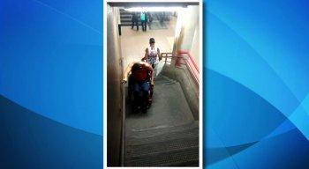 Um cadeirante foi gravado tendo dificuldades para descer da estação