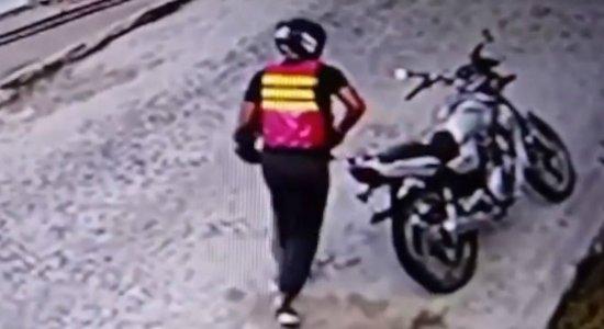 Falso mototaxista é filmado cometendo assaltos em Caruaru