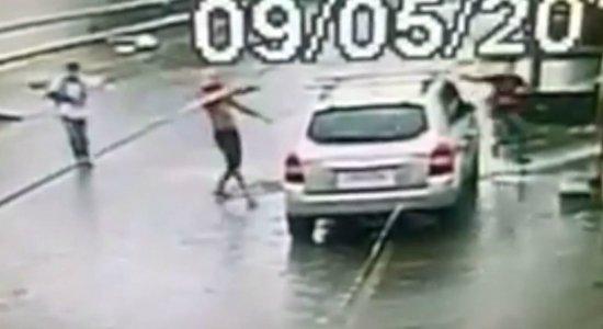 Trio armado rouba carro em plena luz do dia em Cajueiro; veja vídeo