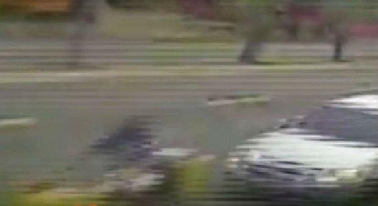 Vídeo: Comerciante é atropelado na Domingos Ferreira e motorista foge