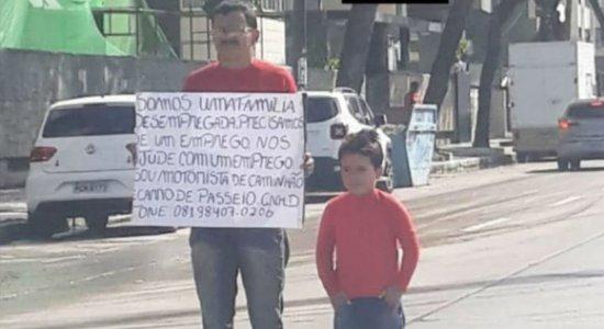 Com o filho de 6 anos, pai pede emprego na Avenida Boa Viagem