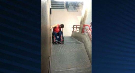 Vídeo: Sem alternativas, cadeirante se arrisca em escada do Metrô