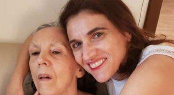 A professora universitária e escritora Cinthya Amaral, de 45 anos, ao lado da mãe, Miriam Amaral, 69 anos