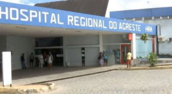 O médico atendia um paciente no Hospital do Agreste, em Caruaru