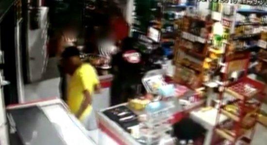 Vídeo mostra assalto a mercadinho em Cajueiro
