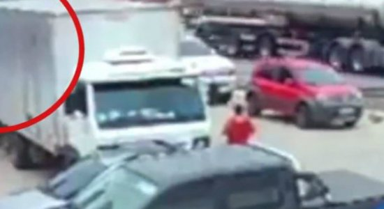 Vídeo: mulher morre após ser atropelada por caminhão na BR-232
