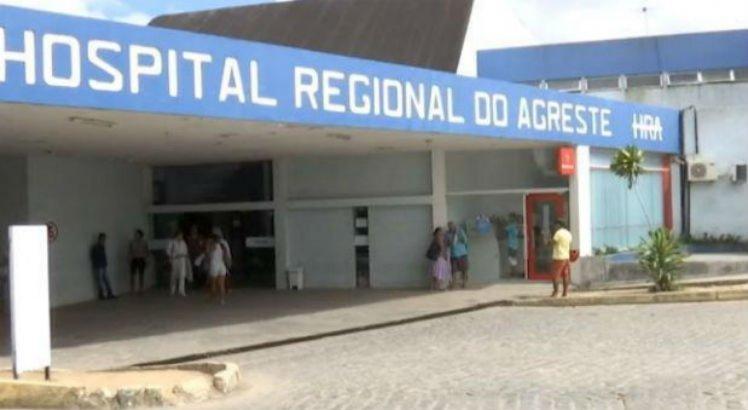 O médico atendia um paciente no Hospital do Agreste, em Caruaru