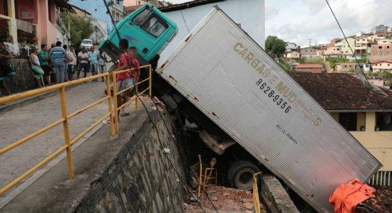 Operação para a remoção de caminhão pendurado começa nesta terça (14)