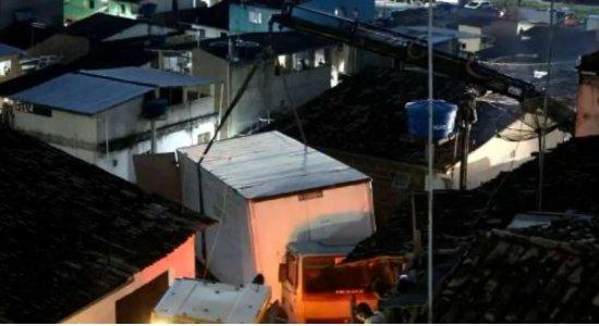 50% da estrutura da casa atingida por caminhão está comprometida