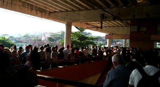 Vídeo: passageiros denunciam superlotação em estação de metrô, na RMR