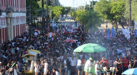 Manifestantes protestam no Centro do Recife contra cortes na educação