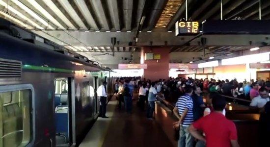 Populares denunciam problemas em estações de metrô, na RMR