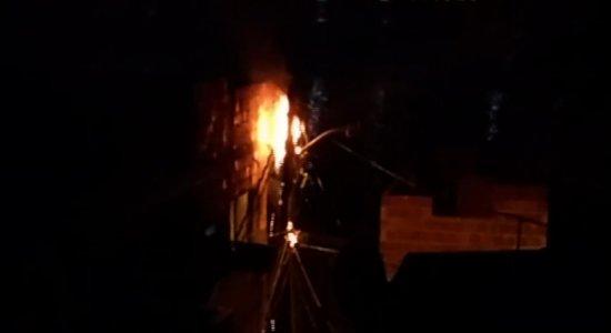Vídeo: postes pegam fogo em comunidade da Zona Sul do Recife