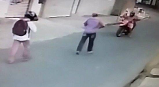 Vídeo: dupla assalta casal, não consegue fugir em moto e rouba carro