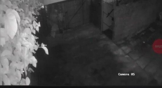Vídeo: imagens registram assalto a estabelecimento comercial no Recife