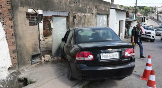 Acidente: veículo atropela casal e invade casa em Dois Unidos