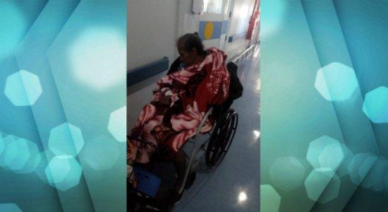 Idosa sofre AVC e aguarda transferência em cadeira há 3 dias em UPA