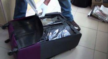 A droga estava escondida dentro de sacos pretos, em um fundo falso na mala de viagem