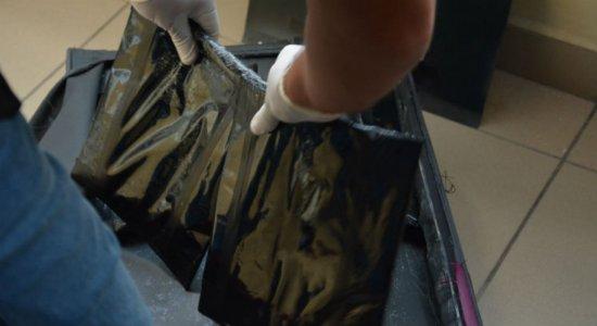 Mulher é presa ao transportar 3,7 kg de cocaína em fundo falso de mala
