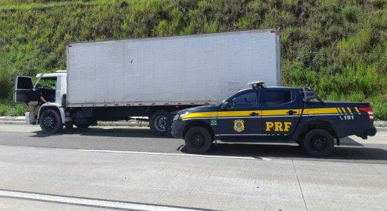 PRF recupera caminhão com produtos de higiene que havia sido roubado