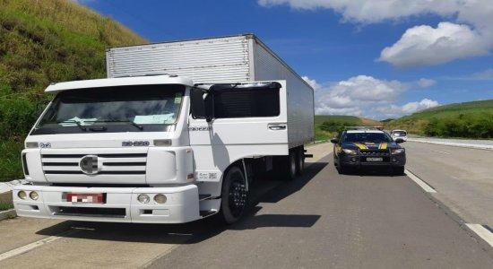 PRF apreende caminhão roubado na BR-101