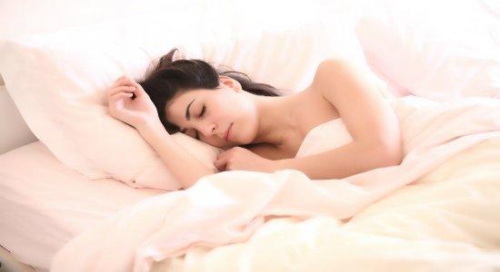 Dormir por cima do braço faz mal? Especialista responde