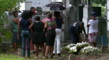 Corpo de bebê morta pelo pai por ter nascido menina é enterrado