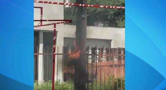 Poste pega fogo no Parque 18 de Maio e assusta feirantes