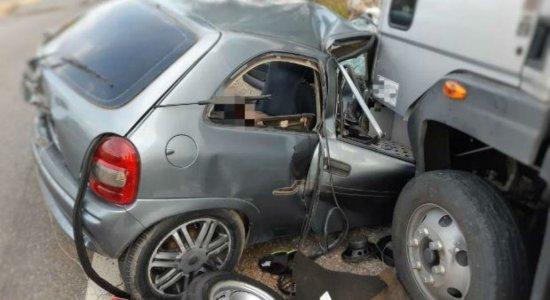 Mulher e duas crianças morrem e cinco ficam feridos em acidente