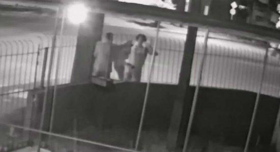 Vídeo: PM é assaltado em rua da Iputinga e tem arma roubada