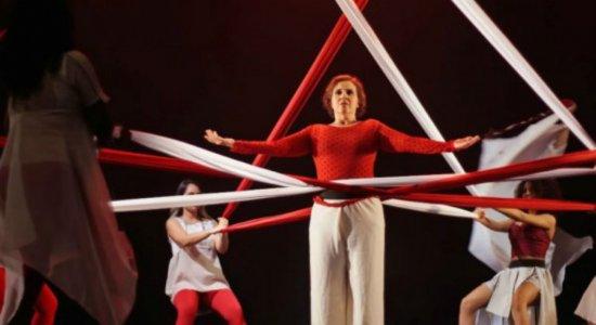 Bailarina usa a arte para lidar com tratamento de câncer de mama e homenagear a mãe