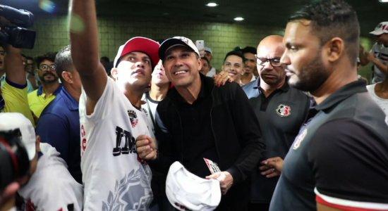 Milton Mendes é recebido com festa pelos torcedores do Santa Cruz
