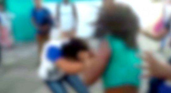 Vídeo: estudantes brigam em frente a escola no Cabo de Santo Agostinho