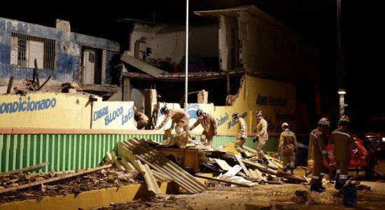 Bombeiros seguem buscas em desabamento que deixou 1 morta e 7 feridos