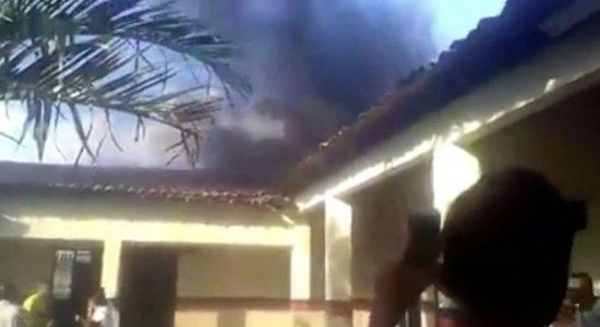 Vídeo: Incêndio atinge escola em Igarassu