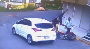 Uma câmera flagrou o acidente entre uma moto e um carro
