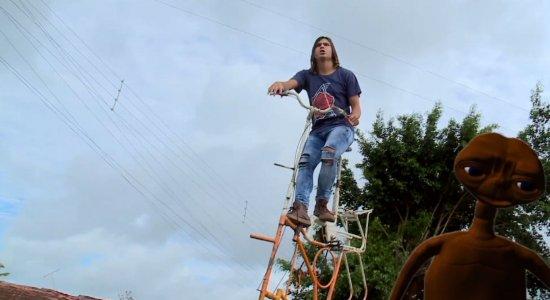 Adeildo B encara desafio de andar em bicicleta de 5 metros; confira